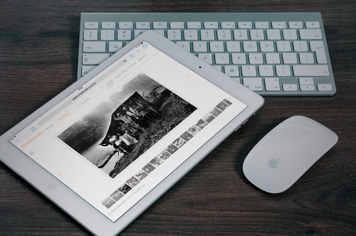 exibição do site de Pedro Martinelli em um iPad